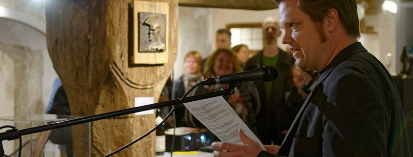 Christian Greifendorf bei der Eröffnung der Ausstellung LANGEWEILE von Richard Géczi im Kemptener Kunstreich.