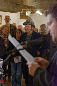 """""""Totalkünstler"""" Richard Géczi lauscht der Laudatio von Christian Greifendorf bei der Vernissage zur Ausstellung LANGEWEILE. --- Foto: Katja Egli"""