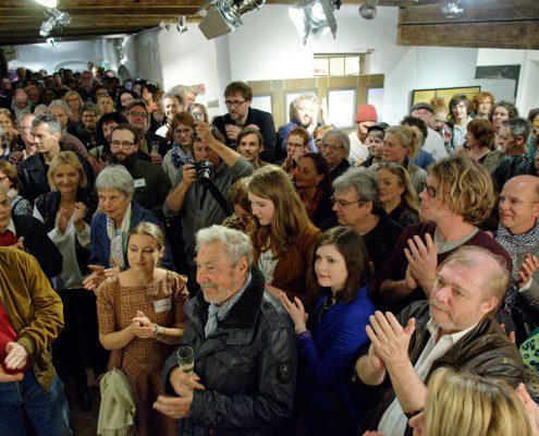 Alt und Jung bei der Verleihung des artig Kunstpreises 2016 während der Vernissage