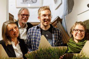 Die Gewinner der artig Kunstpreise 2018 (v. l.): Claudia Hoffer und Thomas Silberhorn aus München sowie Judith Rautenberg aus Weimar mit artig-Vorsitzendem Stephan A. Schmidt (hinten) - (c) Foto: Florian Wendel