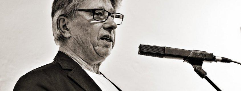 Gerhard Menger eröffnet die Ausstellung von Mercedes Vetter-Rodrigues am 25. Mai 2018 - Foto: Florian Wendel